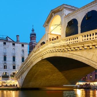 Мост риальто в венеции в сумерках, италия - итальянский городской пейзаж