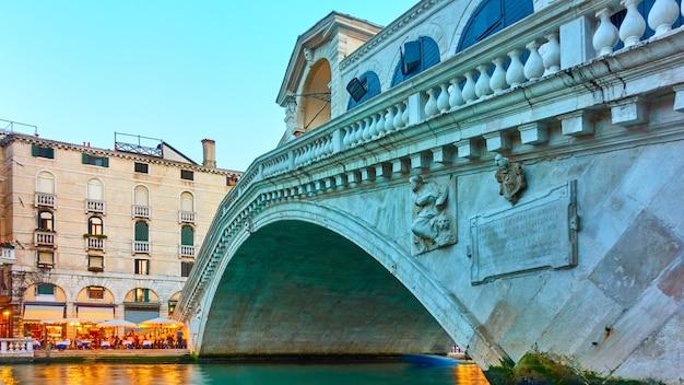 Мост риальто в венеции в сумерках, италия - итальянский городской пейзаж, угол снимка