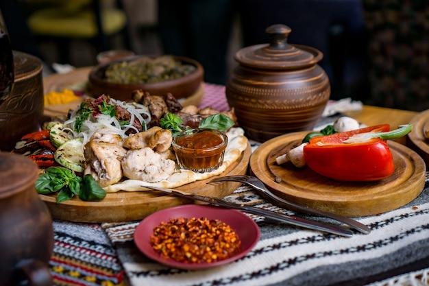 그루지야 요리, 맛있는 음식, 와인, 과일 및 구운 고기의 풍성한 테이블 요리
