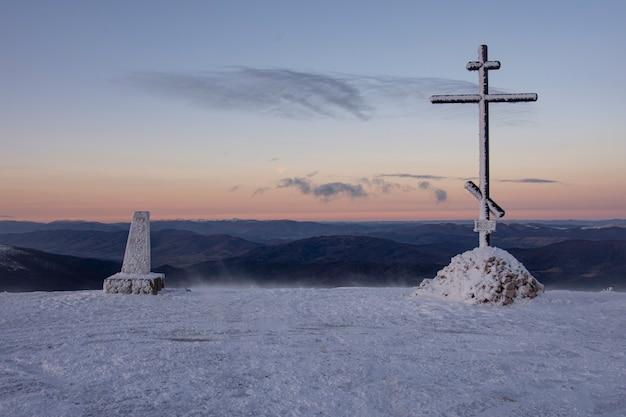 冬のウクライナ、カルパティア山脈の尾根ポロニーナルーン