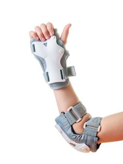 保護シールド内の子供の右手は、すべてが順調であることを示しています。衝撃保護用のアクセサリー。