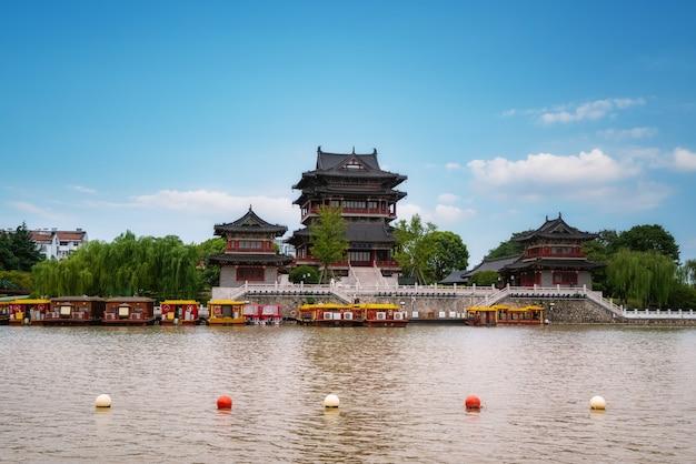 Река и старые постройки под голубым небом