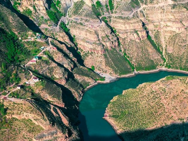 峡谷の底にある川。スラク峡谷、ダゲスタン、コーカサス、ロシア。航空写真。