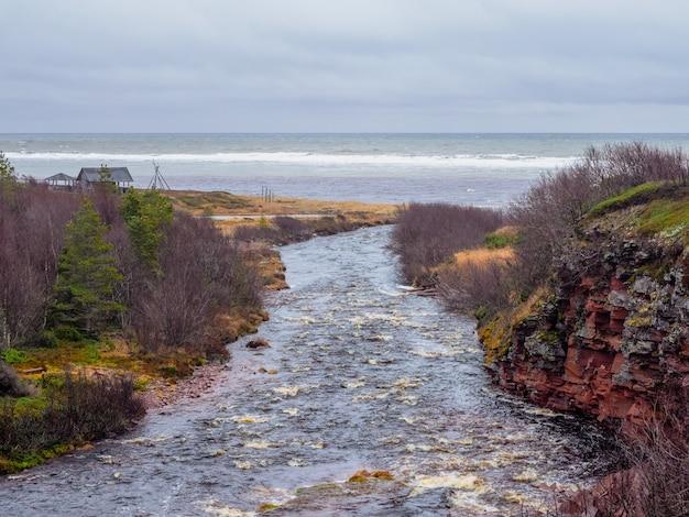 崖の間の川、北の野生の自然。