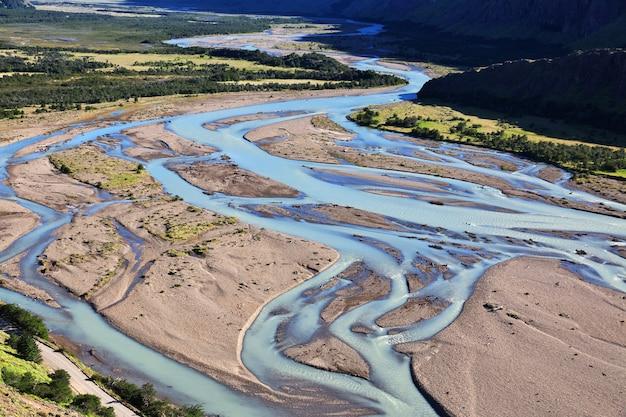 アルゼンチン、パタゴニア、エルチャルテンのフィッツロイを川が閉じる