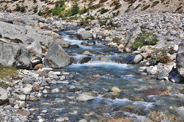 Река близко фитц рой в эль-чалтен, патагония, аргентина