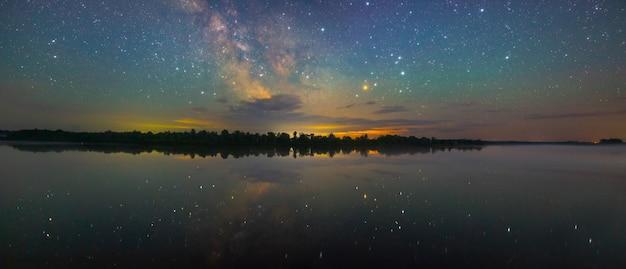 별이 빛나는 하늘 아래 강 dnieper (dniapro)
