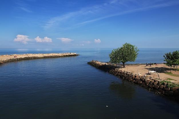 Река в городе паданг, индонезия