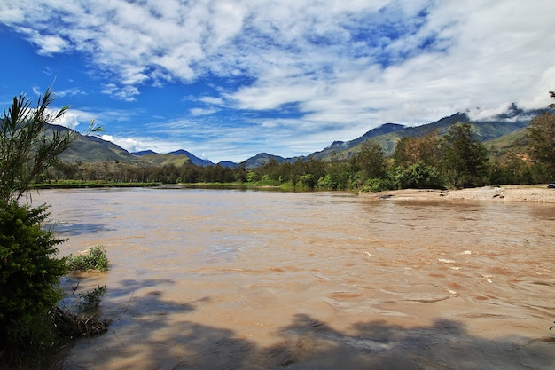 インドネシア、パプア、ワメナの谷の川