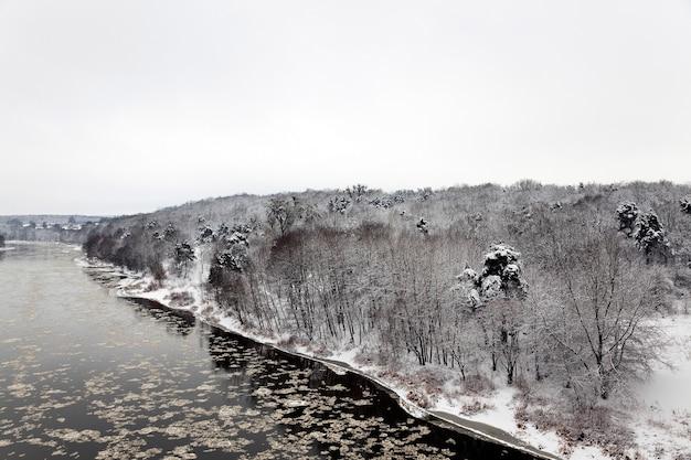 Река неман в зимнее время года. беларусь. город гродно
