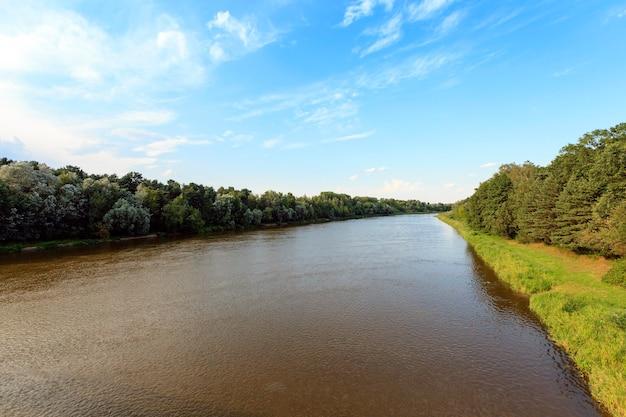 Река сфотографирована летом