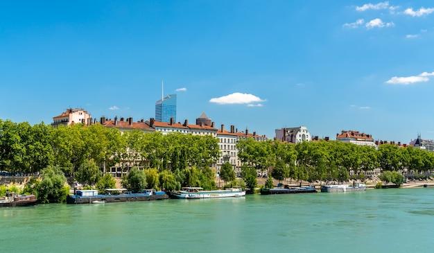 リヨンのローヌ川沿い。オーヴェルニュ=ローヌ=アルプス、フランス