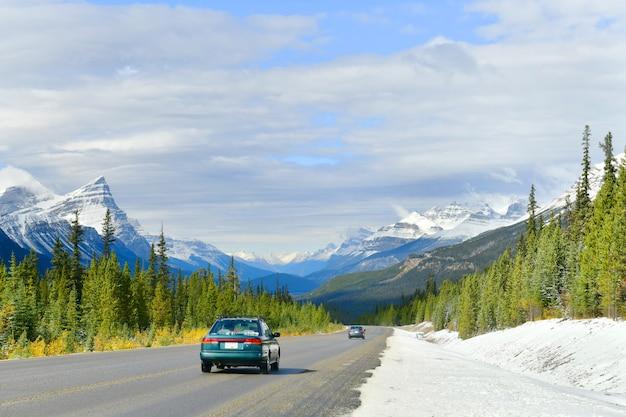 Дорога 93 по красивой icefield parkway в осеннем национальном парке джаспер, канада
