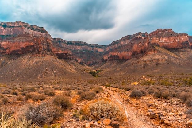 Дорога вдоль тропы брайт-энджел на повороте на тонто-уэст в гранд-каньоне. аризона
