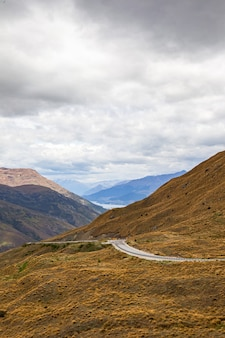 뉴질랜드 남섬 퀸스 타운 지역의 산봉우리 사이의 길