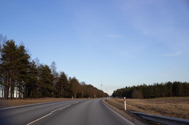 도로는 숲과 풍차를 훨씬 넘어갑니다.