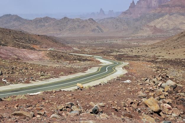 サウジアラビア、アルシャクグレートキャニオンの道路