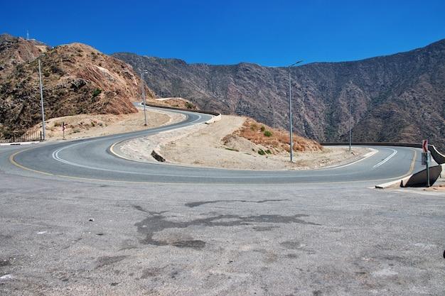 サウジアラビアのアシル地域の峡谷の道路