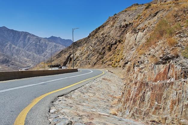 サウジアラビア、アシル地域の峡谷の道路