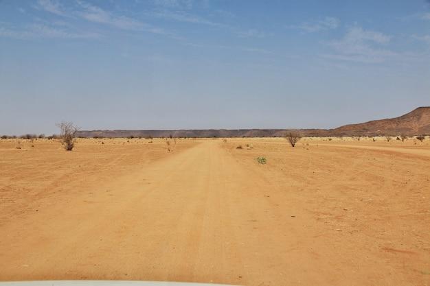 Дорога в пустыне сахара в судане