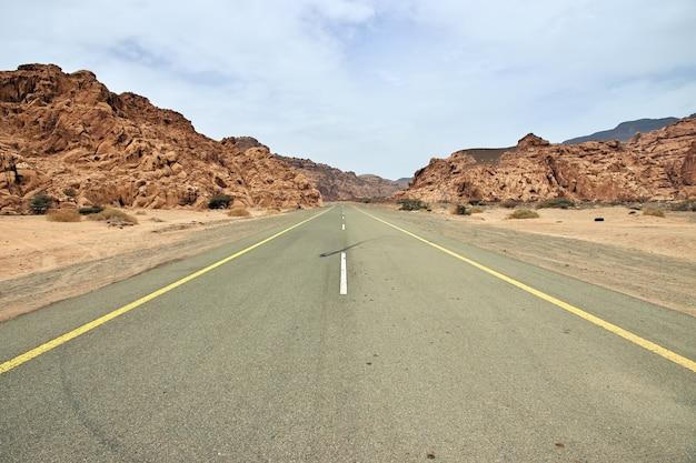 サウジアラビアのアルウラへの砂漠の道
