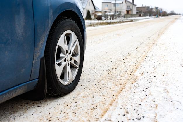 도로는 눈을 치우고 안전한 이동을 위해 소금과 모래를 뿌립니다.