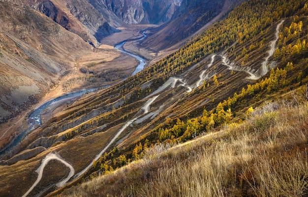 도로는 산비탈을 따라 산강으로 내려가는 바위투성이이다.