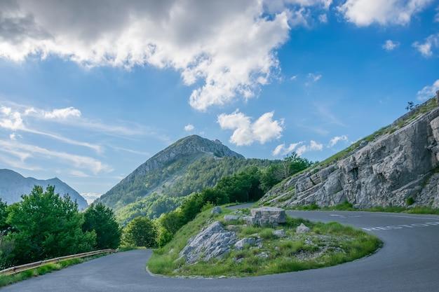 モンテネグロのロブチェン山の頂上に通じる道