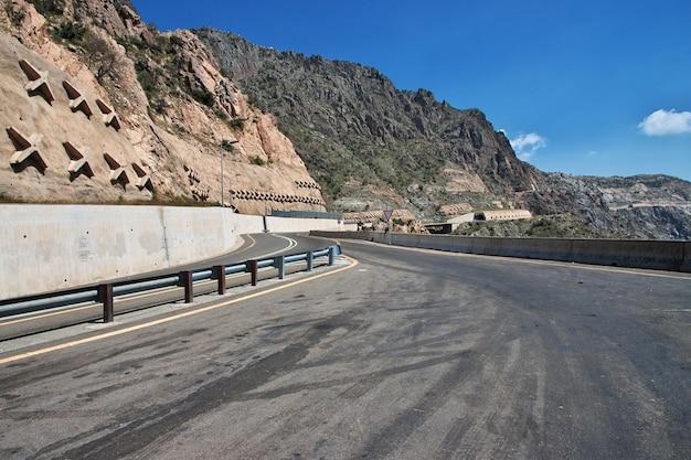 ヒジャーズ山脈サウジアラビアの道