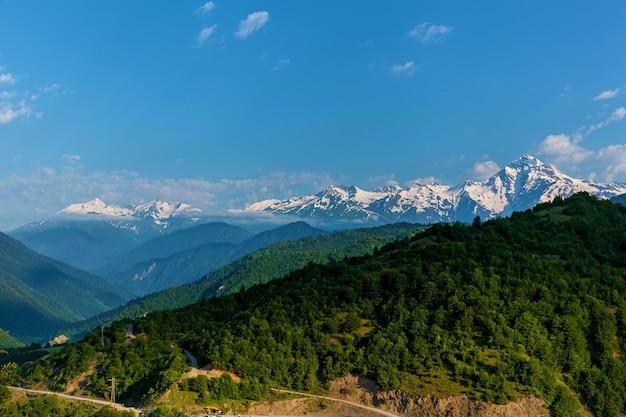 산의 풍경과 아름다운 전망이 있는 스바네티로 가는 길 스반 타워