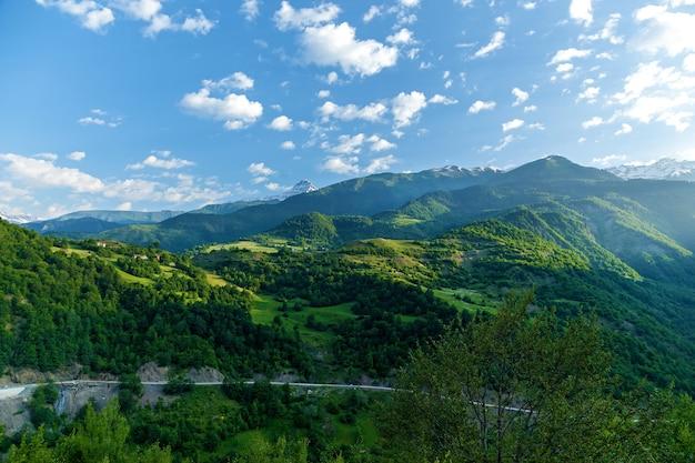 산의 풍경과 아름다운 전망이 있는 스바네티로 가는 길