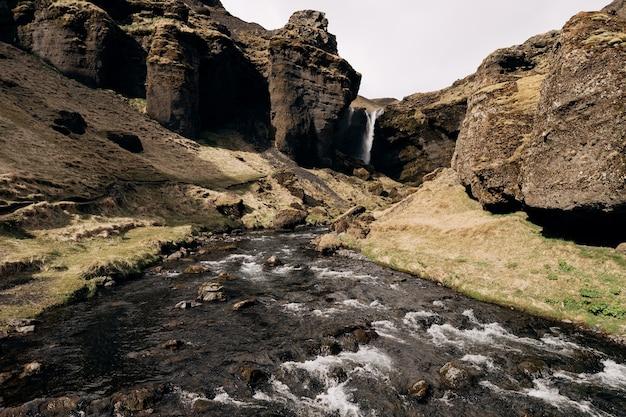 아이슬란드 남쪽의 황금 반지 산 강에있는 kvernufoss 폭포로가는 길