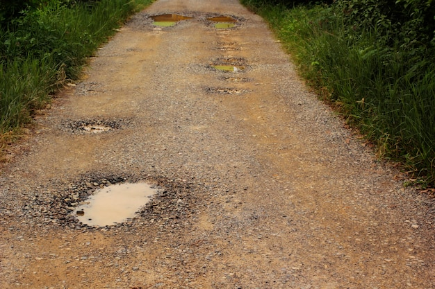 道路は老朽化しており、甌穴があります。