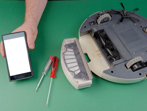 Робот-пылесос в разобранном виде, концепция ремонта робота-пылесоса.