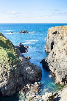 フランスの有名なベルイルアンメール島の海の岩と崖