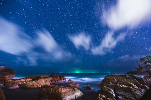 Скалистый берег или пляж, андаманское море, таиланд ночью