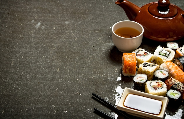Роллы и суши с травяным чаем.