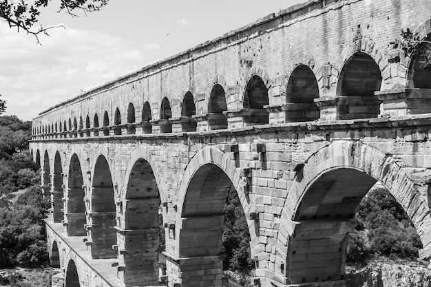 이 다리를 설계한 로마의 건축가와 수력공학자들은 예술적 걸작은 물론 기술적 걸작을 만들었습니다.