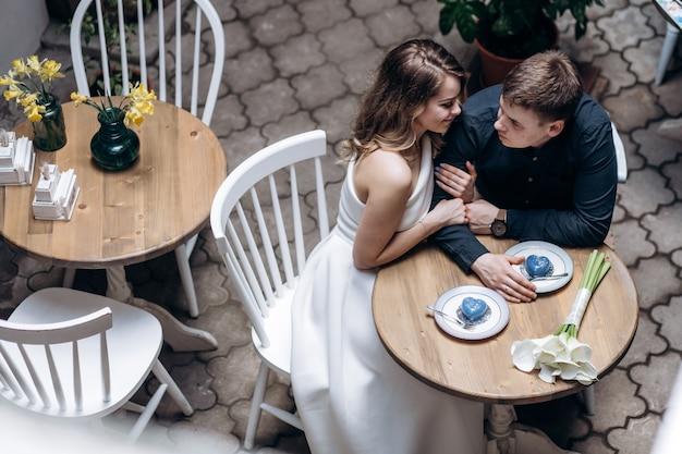 レストランに座っているロマンチックなカップル