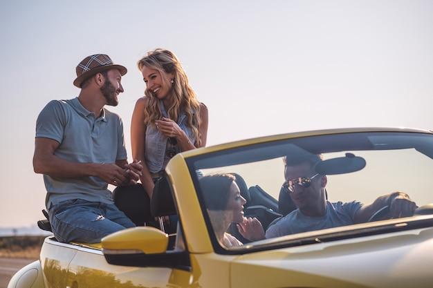 Романтическое свидание в желтом кабриолете