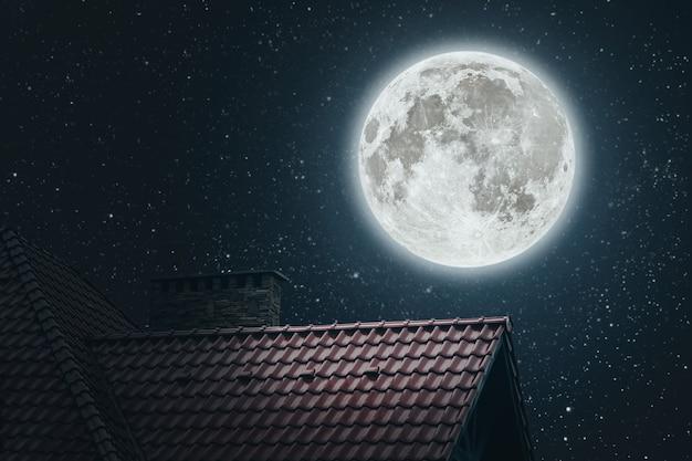 夜の青い空の下の家の屋根