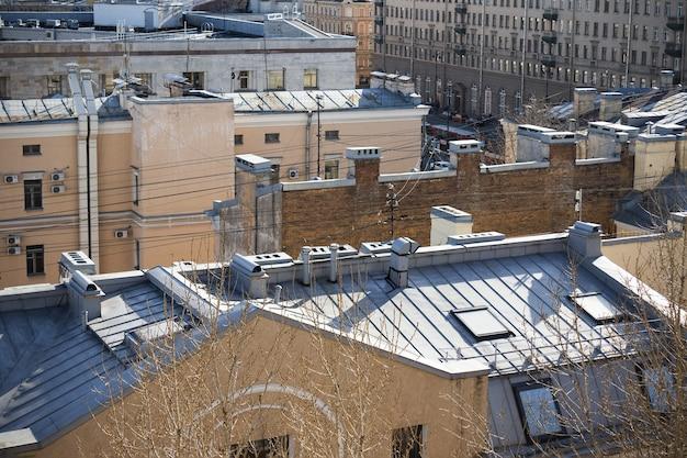 太陽に照らされた都市住宅の屋根