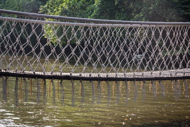 ロープブリッジは、川を渡るために使用されます。