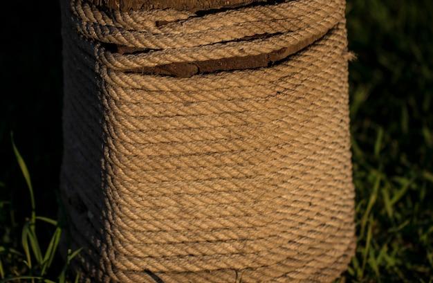 ロープは丸太に巻かれています