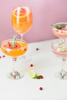 Роза экзотических коктейлей и фруктов на розовом