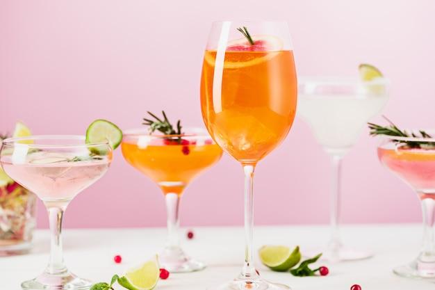 バラのエキゾチックなカクテルとピンクのフルーツ