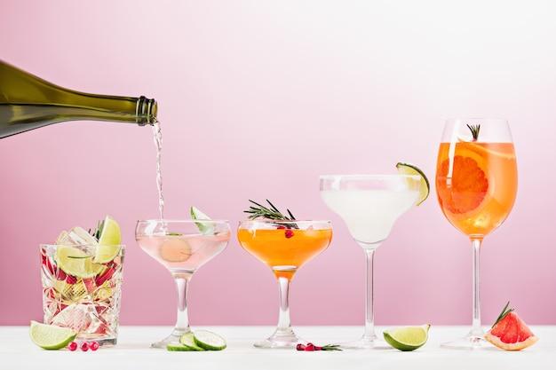 ピンクのバラのエキゾチックなカクテルとフルーツ