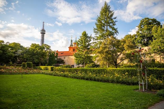 プラハチェコ共和国のペトシーンの丘にあるバラ園