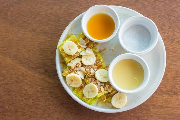 スライスしたバナナのロティに、練乳砂糖とバナナソースを添えました。