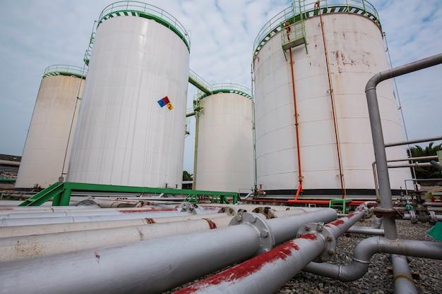 ガソリンスタンドと製油所のスペアパーツ用の大きな白いタンクの列。